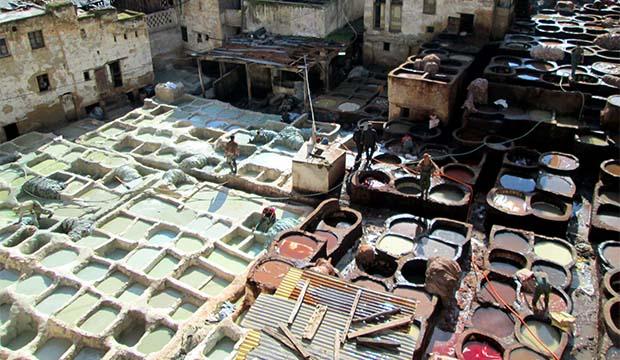 Cubas en la plaza de los curtidores de Fez o Curtiduría Chouwara