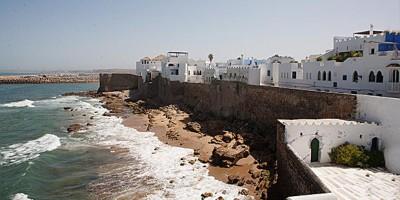 vistas de las playas de asilah y la muralla