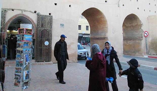 Antes de atravesar la muralla para ver la puerta Bab Mansour
