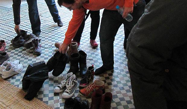 Hay que descalzarse antes de visitar el mauselo que ver en Meknes