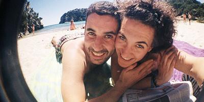 Gloria y Jose de El viaje me hizo a mí en una cala de Menorca