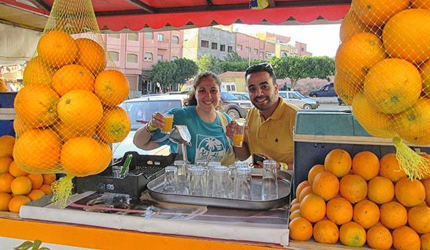 tomando zumo de naranjas en Berkane