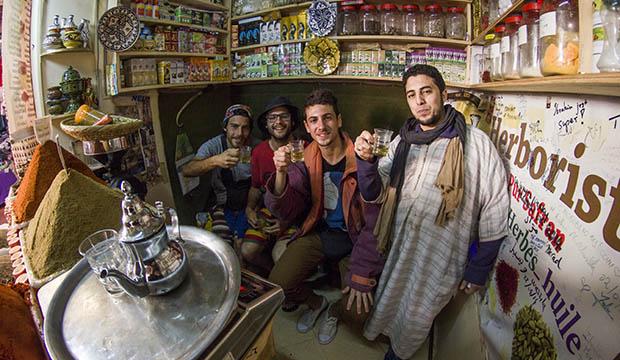 Alex Yus Cobo Filmmaker con sus amigos en una herboristería