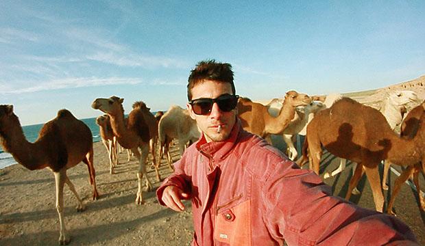 Alex Yus Cobo Filmmaker delante de una manada de camellos