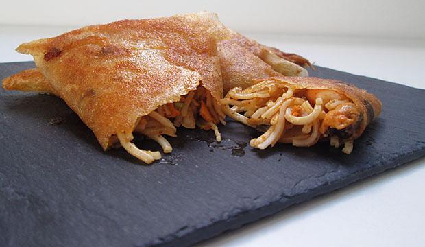 los briouats de pescado están rellenos de gambas, mejillones, fideos de arroz y harissa
