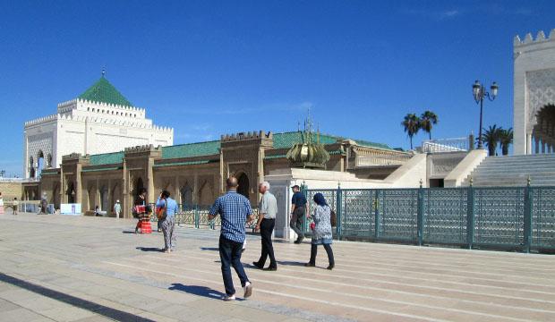 El conjunto del Mausoleo de Mohamed V está formado por el mausoleo, una mezquita y un museo