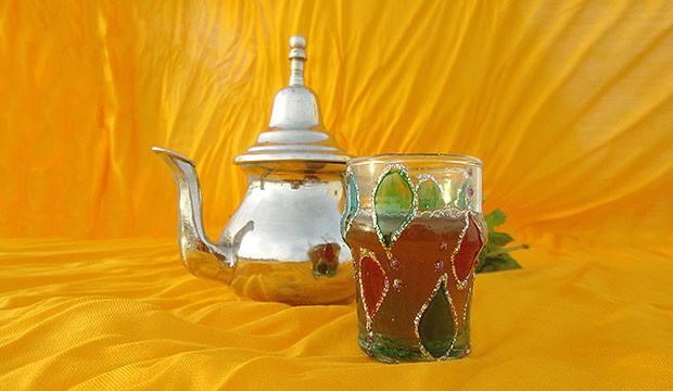 tetera marroquí y vaso de té con hierbabuena