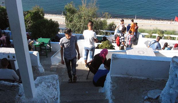 Escaleras del Café Hafa en Tánger