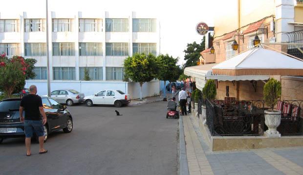 Plaza de acceso al Café Hafa en Tánger