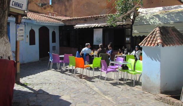 Un lugar donde tomar un té en chaoeun es el Café Alkasaba