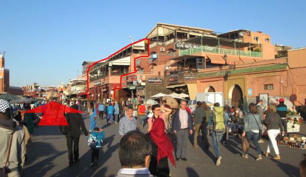 La entrada a los zocos de Marrakech está situada a la izquierda del Café France