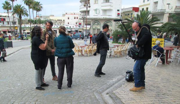 Mariluz discutiendo con Máxim Huerta y la productora de Globomedia detalles de la grabación de Destinos de Película en Marruecos