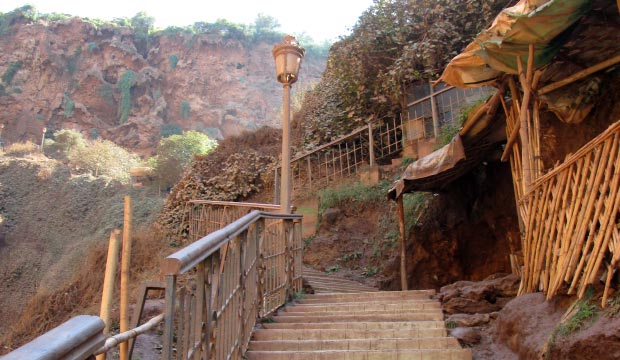 La vuelta en las Cataratas de Ouzoud se realiza por tramos peldañeados