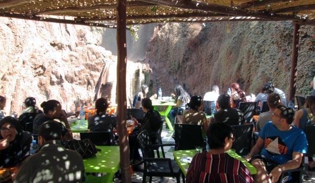 Los restaurantes en las Cataratas de Ouzoud en Marruecos recomendados están a medio camino