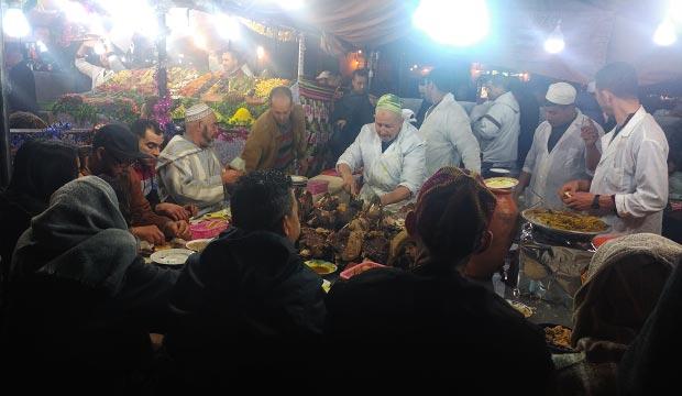 Si quieres comer en los puestos de la Plaza Jemaa El Fna observa donde hay más locales