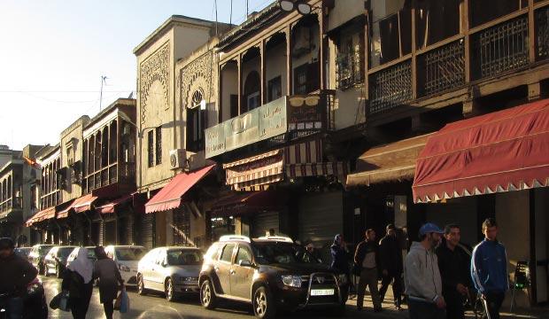 Calle con balcones, típico de la mellah de Fez