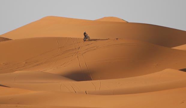 Surcar las dunas en moto es una de las mejores cosas que hacer en Marruecos, desierto del Sáhara (Merzouga)