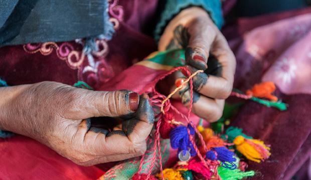 Fotos de mujeres bereberes. Imagen de mujer bereber tejiendo