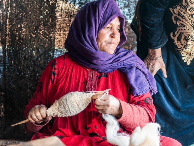 Fotos de mujeres de Marruecos. Imagen de mujer de Marruecos tejiendo