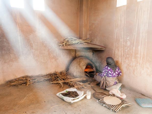 Fotos de mujeres marroquíes. Imagen de mujer marroquí haciendo pan