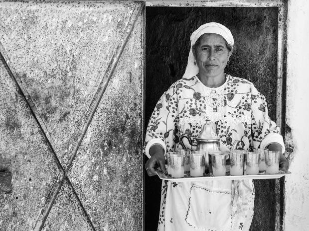Fotos de mujeres marroquíes. Imagen de mujer marroquí invitando a té