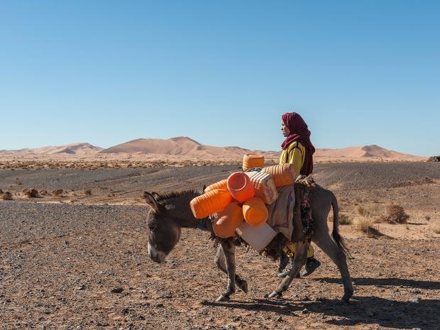 Fotos de mujeres musulmanas. Imagen de mujer musulmana transportando agua
