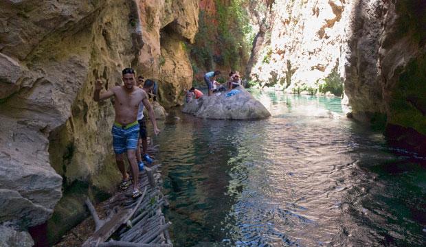 Lago debajo del Puente de Dios de Akchour