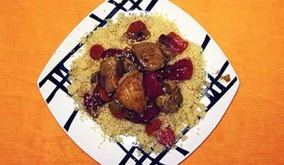 presentación de un cous cous con pollo y verduras
