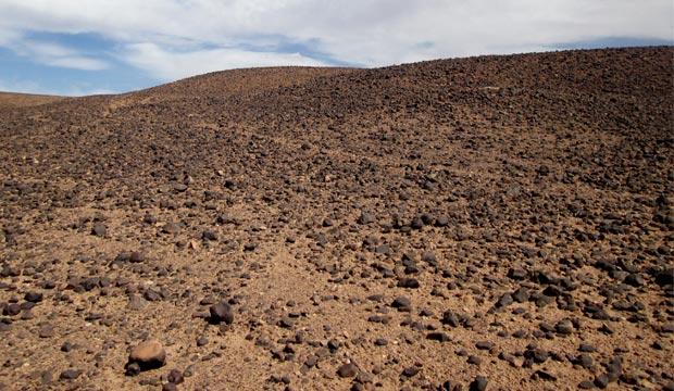 Antes de llegar al desierto de Erg Chegaga o Chigaga hay que pasar por el desierto negro