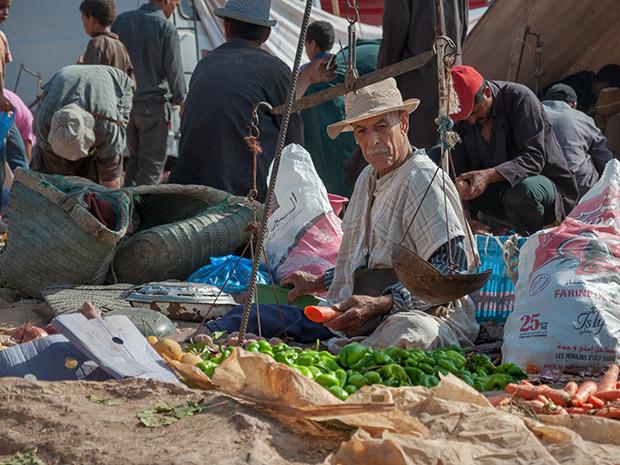 Imagen de Essaouira y alrededores. Vendiendo verdura en el mercado bereber de Ida Ougourd