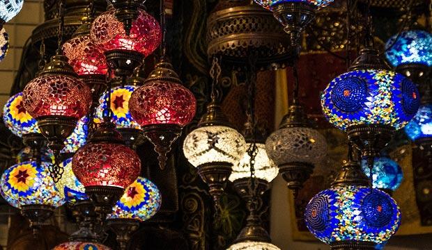 Las lámparas marroquíes, también conocidas como lámparas morunas o lámparas estilo árabe