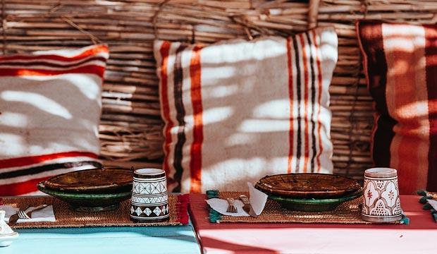 Los muebles marroquíes y los cojines marroquíes son una solución muy barata para decorar con estilo árabe tu casa