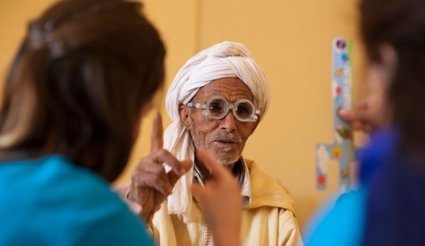La Fundación Alain Afflelou colabora mejorando la salud óptica de la gente del desierto de Marruecos