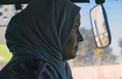 """Bouchra una mujer"""", es un documental sobre una conductora de autobús en Casablanca que ganó el premio Premio Samir Kassir por la Libertad de Prensa en el 2019"""