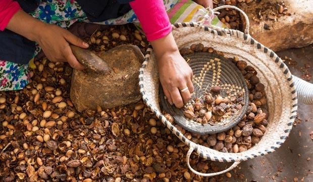 El aceite de argán puro se utiliza mucho para la cara y el pelo