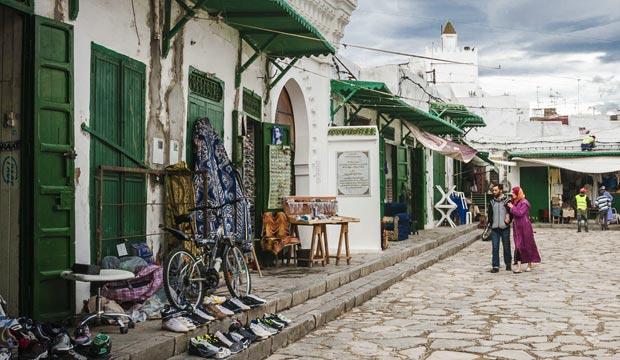 La medina de Tetuán está repleta de paredes enlacadas y puertas verdes