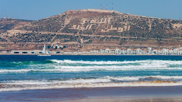 En la playa de Agadir se dan cita familias enteras para disfrutar de un día de sol y mar