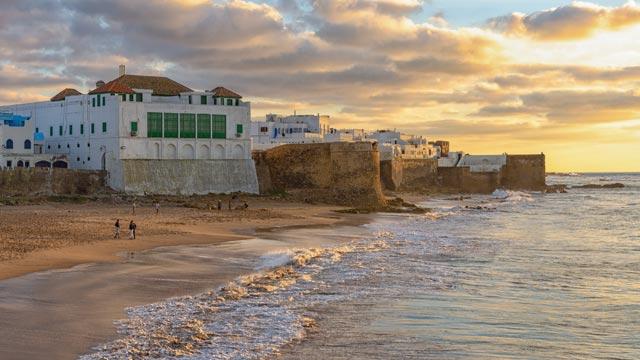 Las playas de Asilah son el lugar ideal para instalar tu sombrilla cómodamente sin compartir espacio con nadie