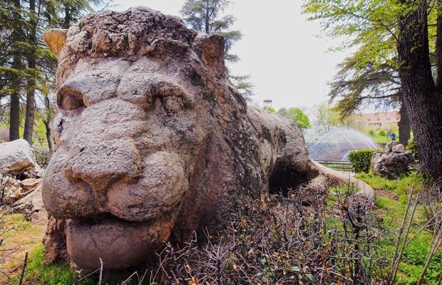 Marruecos, Ifrane. El león de piedra es un monumento muy visitado