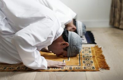 Marroquí rezando en Ramadán en Marruecos