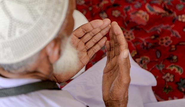 Musulmán rezando en Ramadán en Marruecos