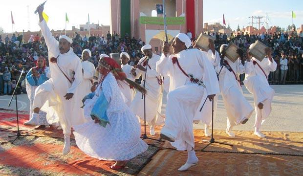En la fiesta de las rosas de Kelaa M'Gouna en Marruecos se producen bailes