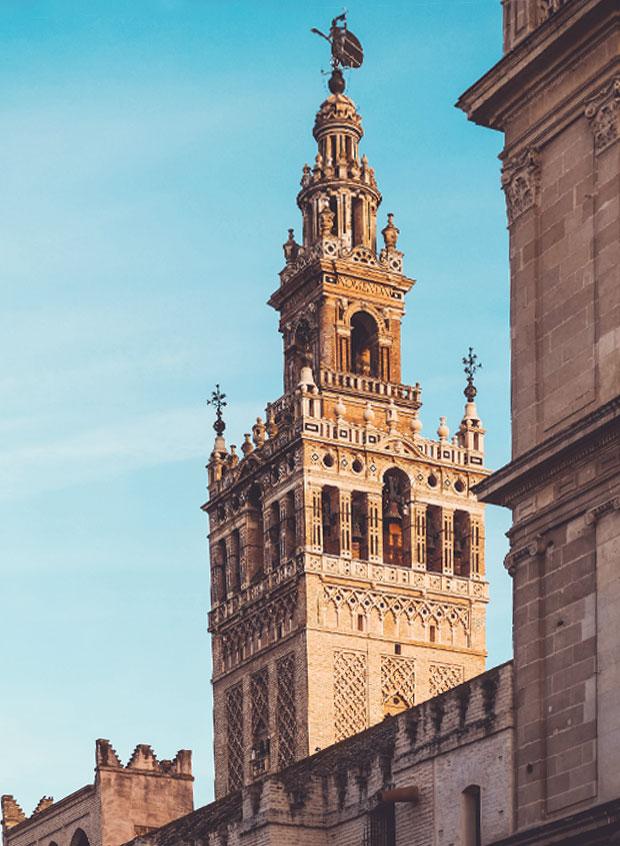 La Giralda de Sevilla y la Kutubía de Marrakech tienen planta cuadrada y líneas simples