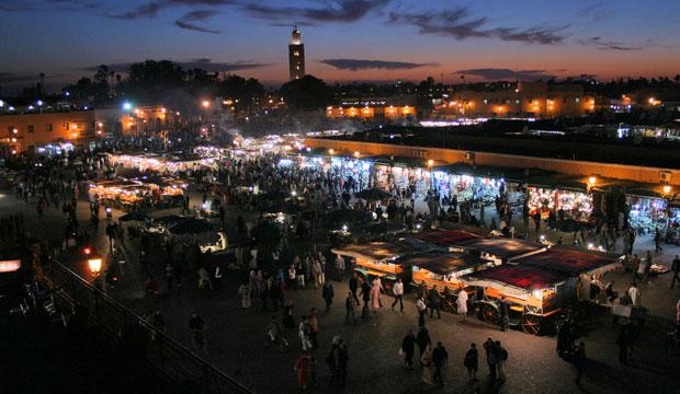 La plaza de yamaa el fna de noche es completamente diferente que de día