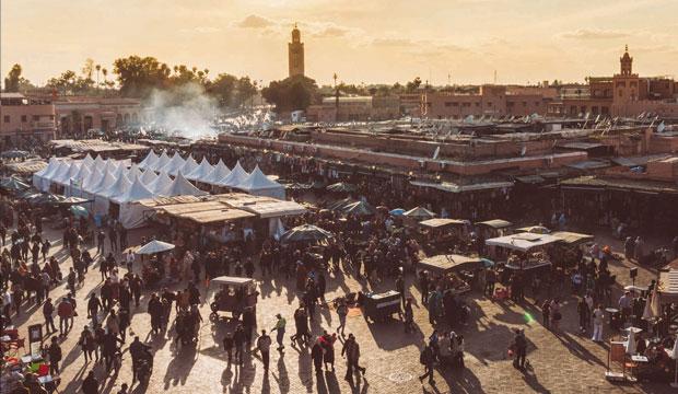 La plaza jemaa el fna en Marrakech de día es completamente diferente que de noche