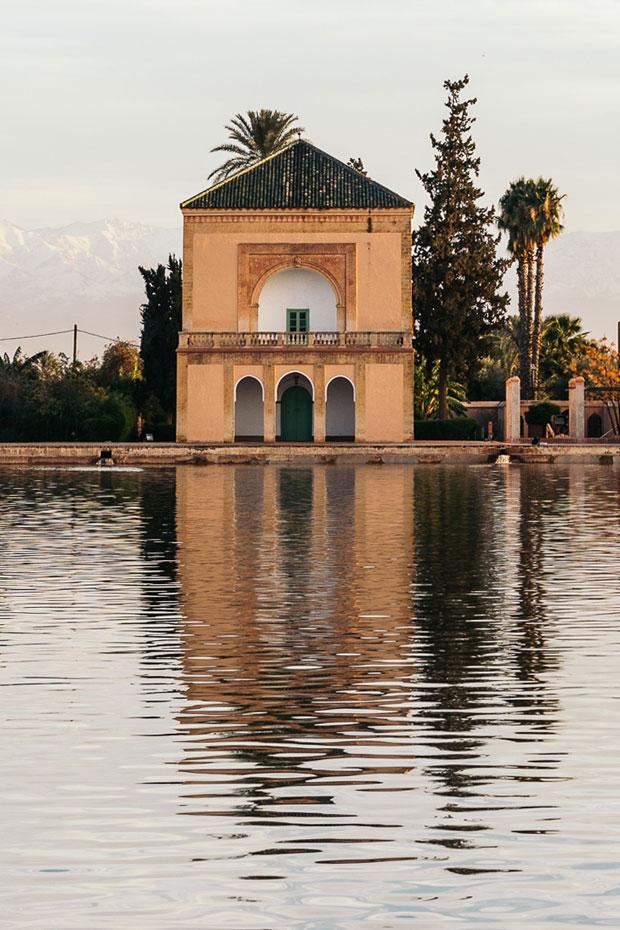 El pabellón de la Menara es de color ocre y está coronado por un techo piramidal verde