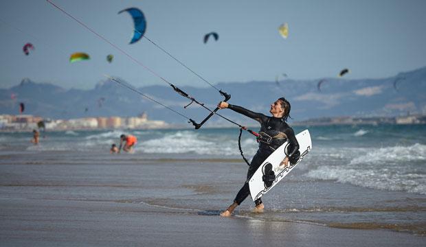 Gracias a los vientos que proporciona el Estrecho de Gibraltar, es muy habitual practicar Kitesurf en Tarifa