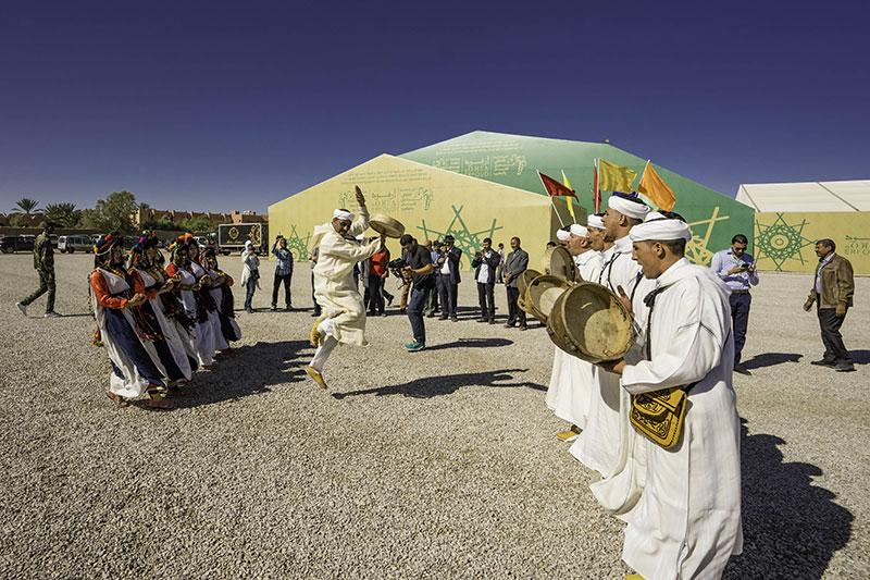 Festival de los dátiles tiene un ambiente festivo porque se celebran bailes populares