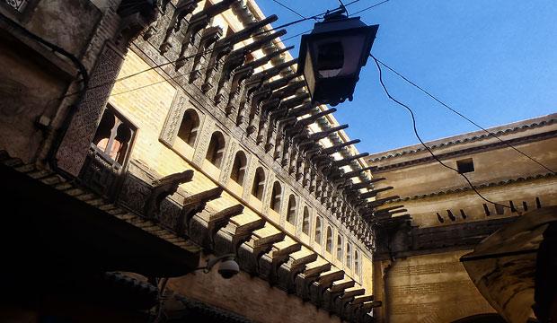 Frente a la Madraza de Fez se sitúa Dar al-Magana, una de las cosas que hacer en Fez (Marruecos) más originales