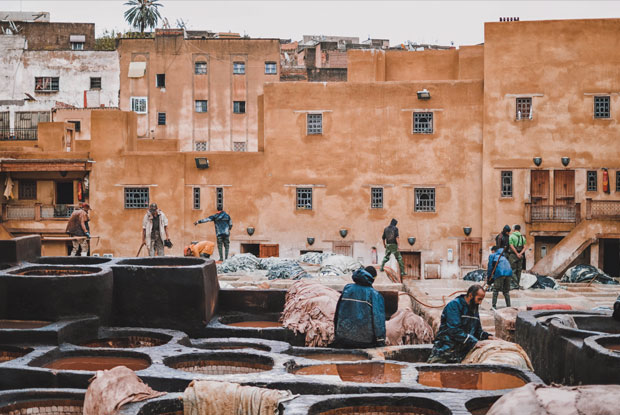 Los curtidores de Fez de la curtiduría Chowara sumergen en cubas llenas de líquido blanquecino las pieles